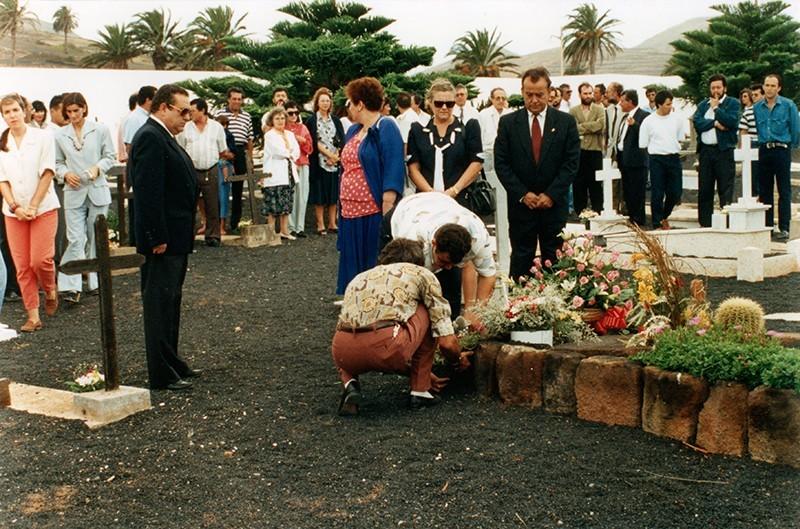 Ofrenda floral a la tumba de César Manrique