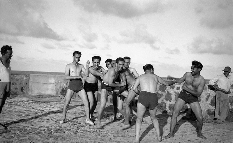 Jóvenes jugando en el muelle de Arrieta I