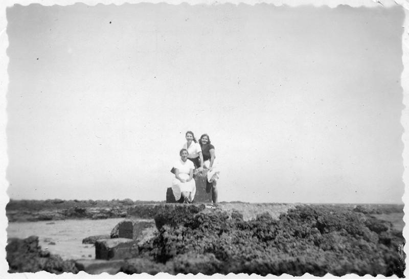 Jóvenes posando en el trampolín de la Caleta