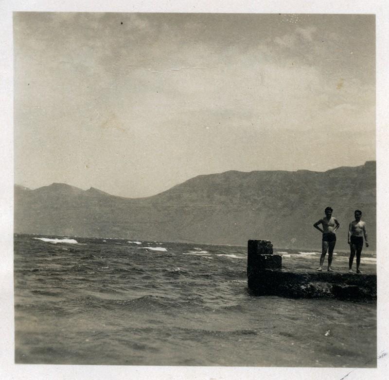 """Jóvenes en el """"trampolín"""" de la Caleta de Famara"""
