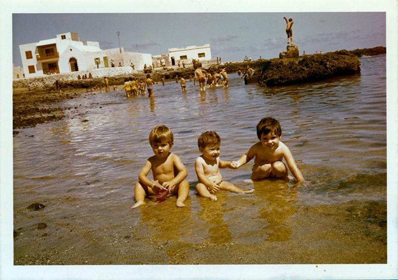 Niños en la Caleta de Famara