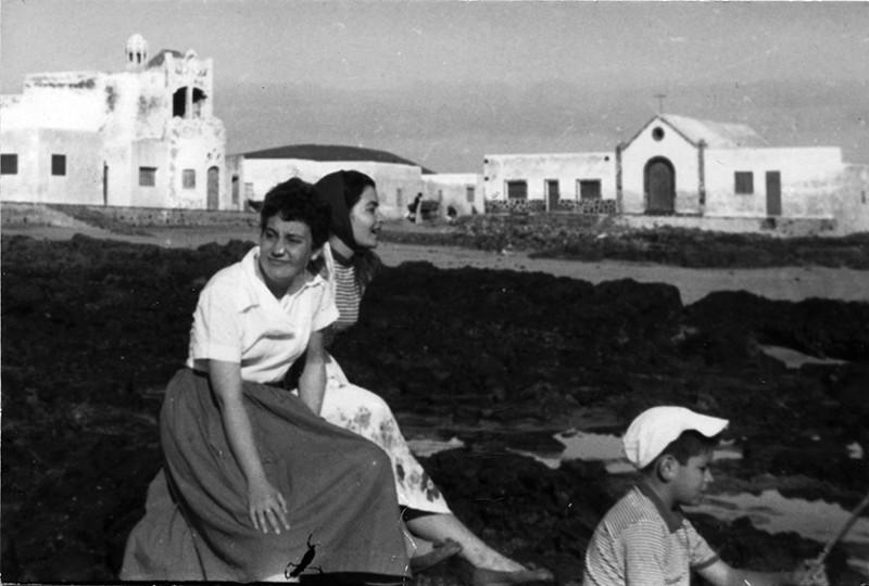 Jóvenes pescando en la Caleta de Famara