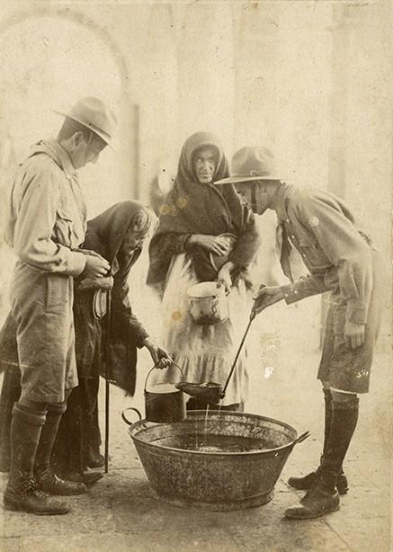 Repartiendo sopa en la Recova