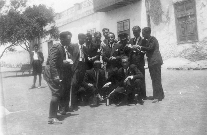 Amigos en la plaza de Haría