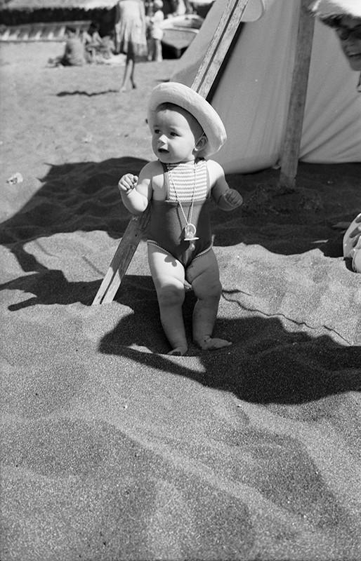 Niña en Playa Bastián