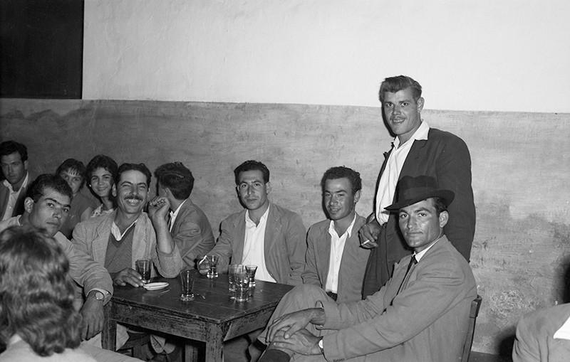 Amigos en el bar I
