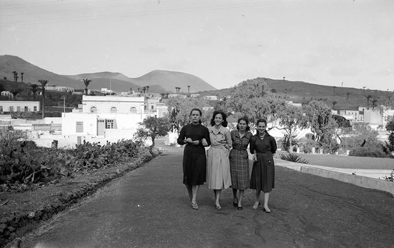 Jóvenes paseando por Haría