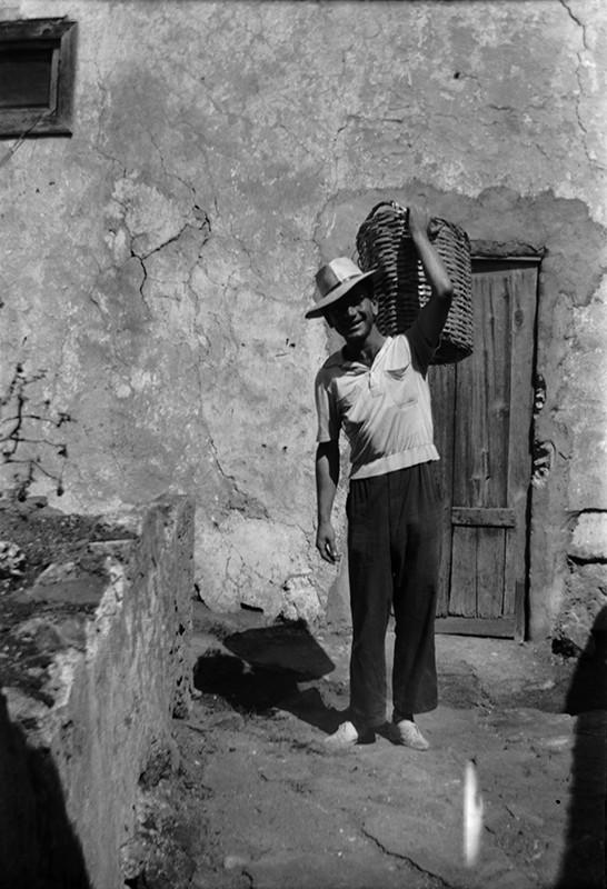 Hombre con cesta
