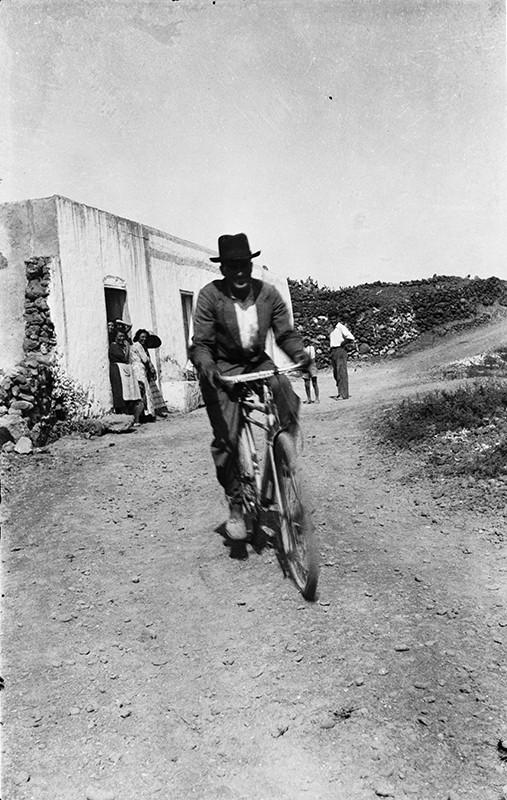 Hombre con bicicleta en Punta Mujeres