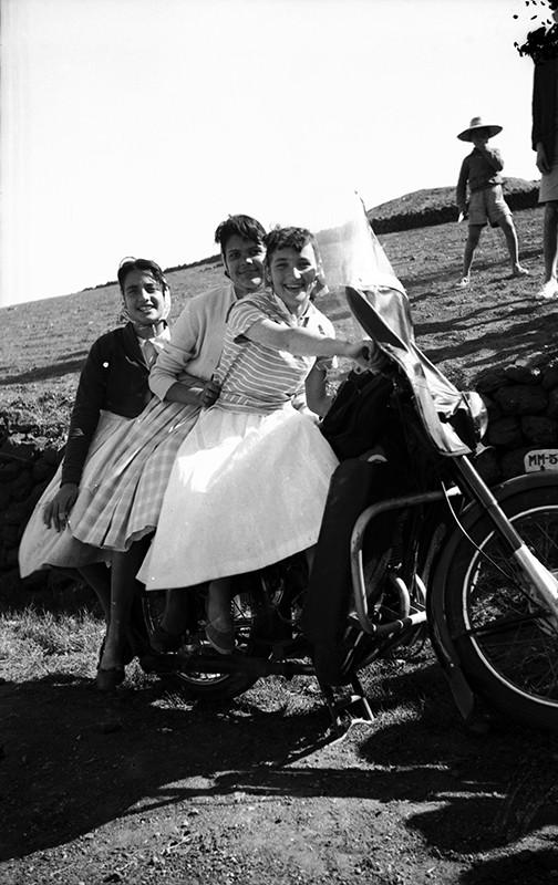 Chicas de Haría en moto