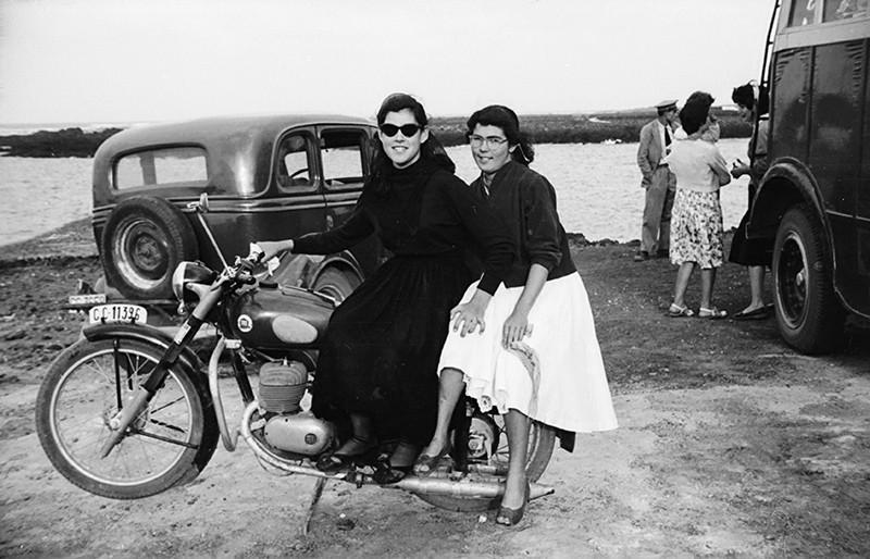 Chicas sobre una moto en Órzola