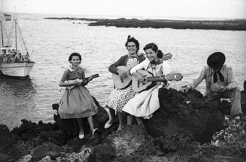 Amigas tocando instrumentos en Órzola