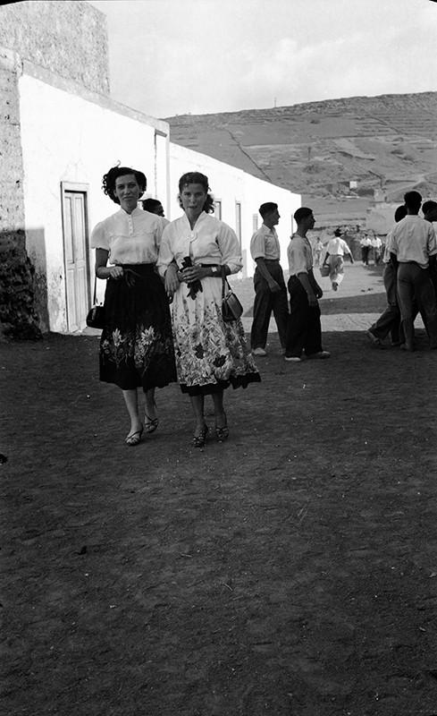 Chicas paseando por Máguez