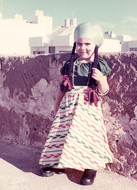 Una niña disfrazada de mejicana