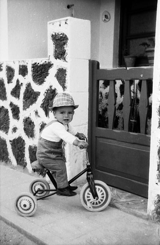 Bebé en triciclo