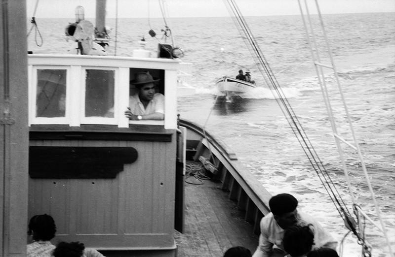 Marineros remolcando un barco II