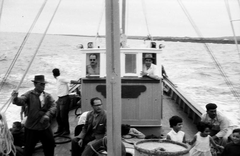 Marineros remolcando un barco III