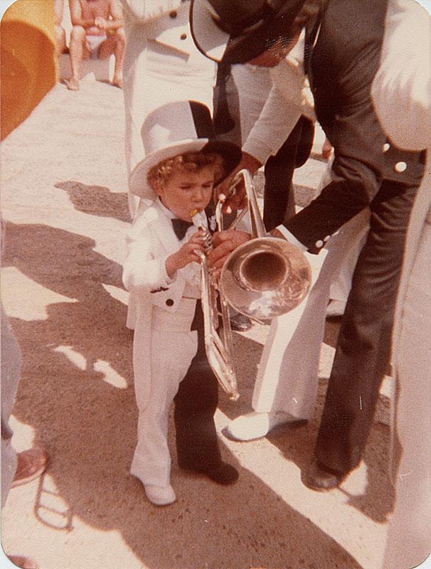 Caballero Blanco y Negro con trombón