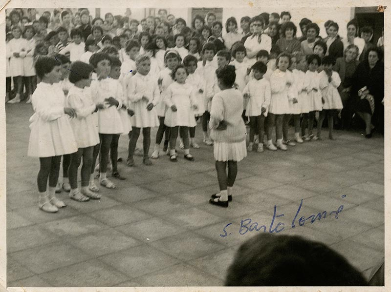 Niñas de colegio en la plaza de San Bartolomé