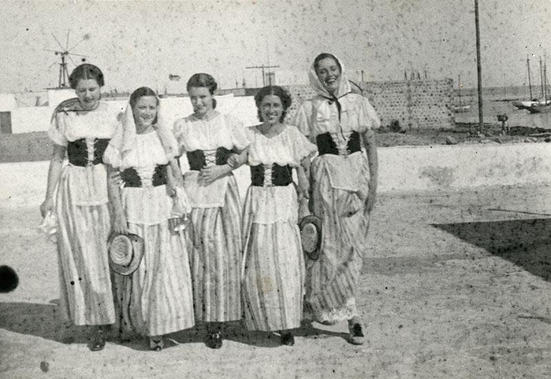 Chicas vestidas de típica