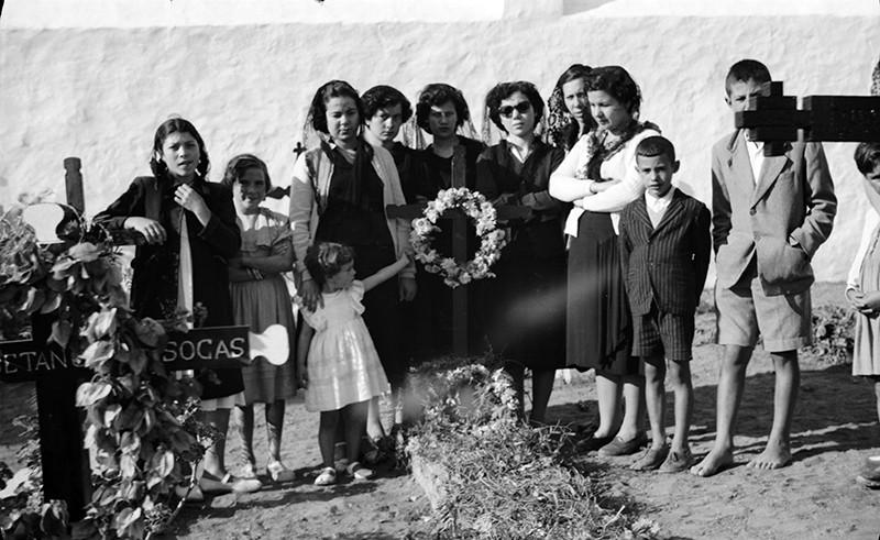 Familiares en el cementerio de Haría I