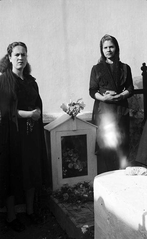 Familiares en el cementerio de Haría II