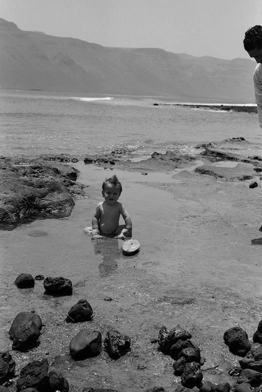 Bebé disfrutando del mar