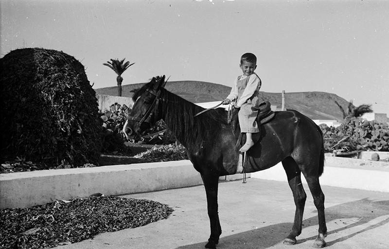 Niño en caballo II