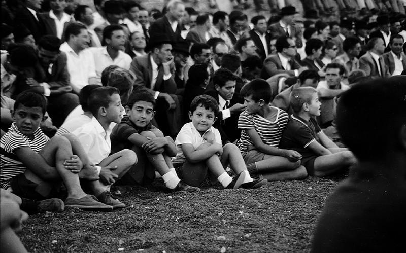 Niños viendo la luchada II