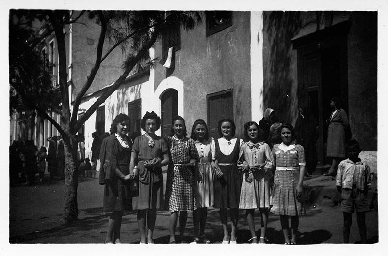 Jóvenes en la plaza de Haría