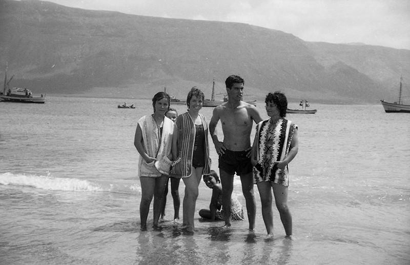 Bañistas en Caleta de Sebo