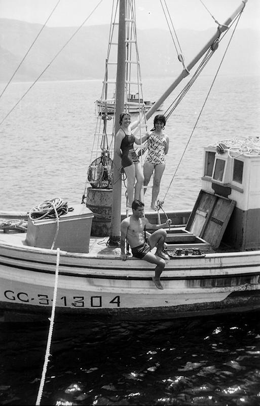 Jóvenes en un barco en La Graciosa