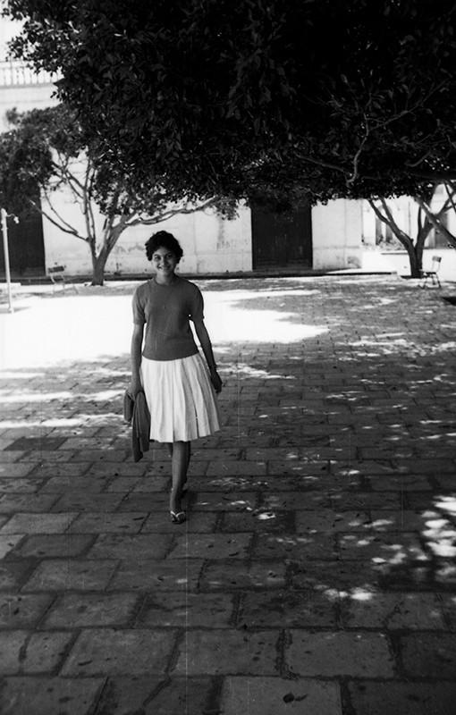 Joven en la plaza de Haría