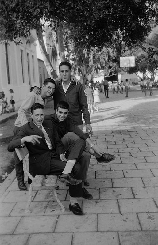 Jóvenes en la plaza de Haría II
