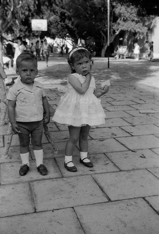 Niños en la plaza de Haría