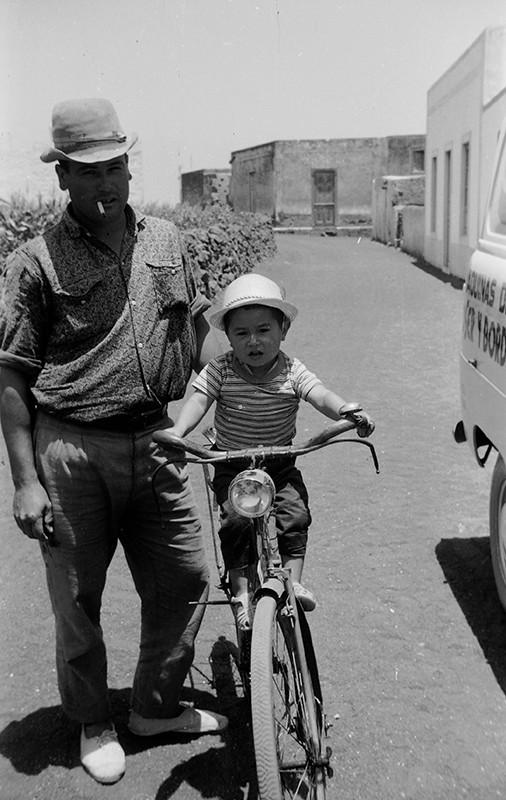 Vecino de Máguez y niño en bicicleta