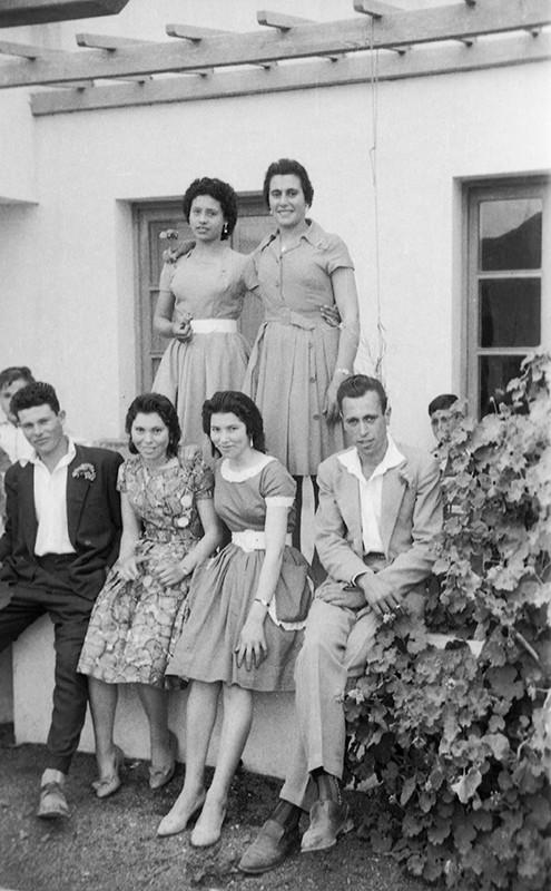 Jóvenes de Yé frente a la escuela