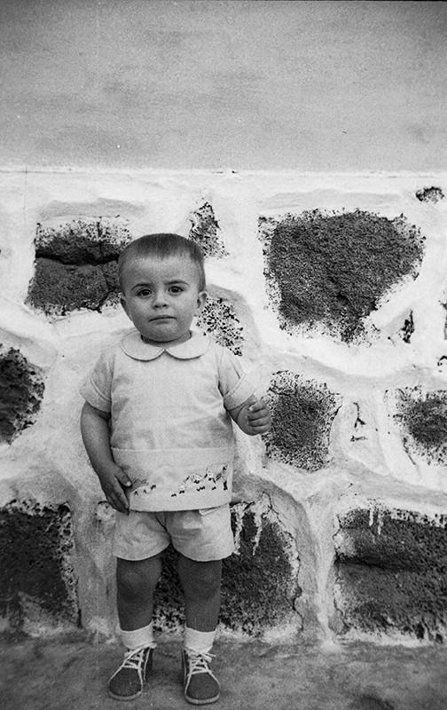 Niño en Caleta de Sebo