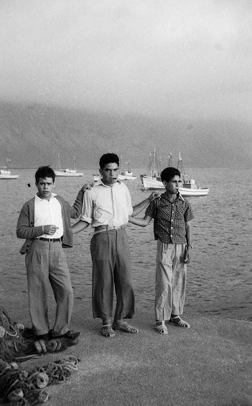 Jóvenes en el muelle de Caleta de Sebo