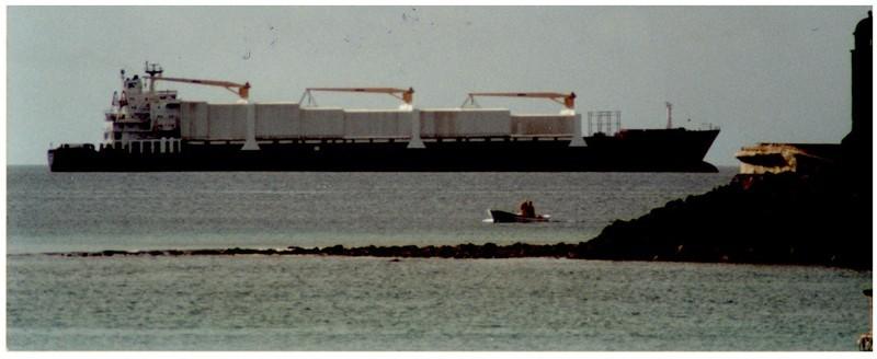 Carguero en el Muelle de los Mármoles III