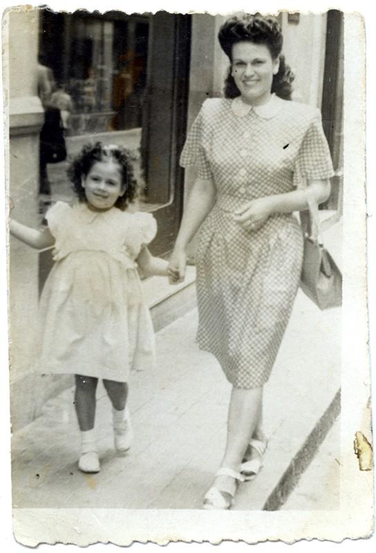 Madre e hija paseando