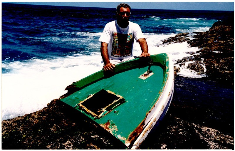 Barco destrozado en las rocas I
