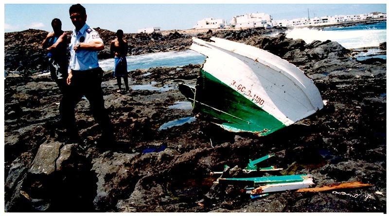 Barco destrozado en las rocas II