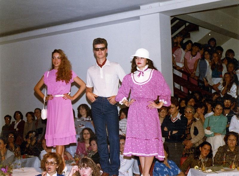 Desfile de moda en Sociedad La Democracia XVI