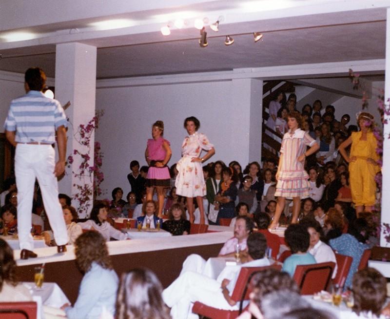 Desfile de moda en Sociedad La Democracia XIX