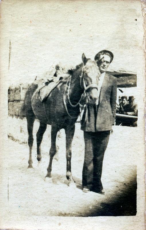 Domingo Díaz Figueroa paseando su caballo