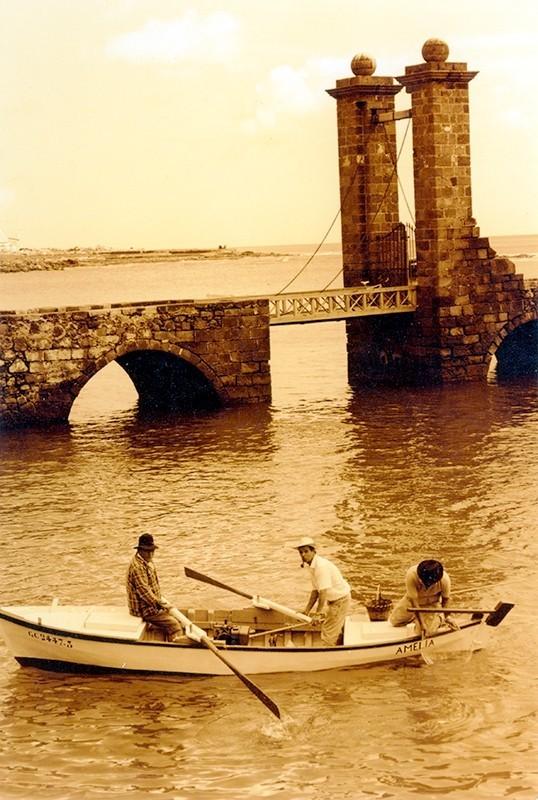 Barca en el Puente de las Bolas