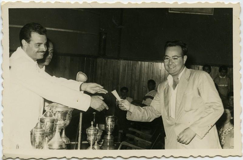 Antonio Lorenzo recibe un premio