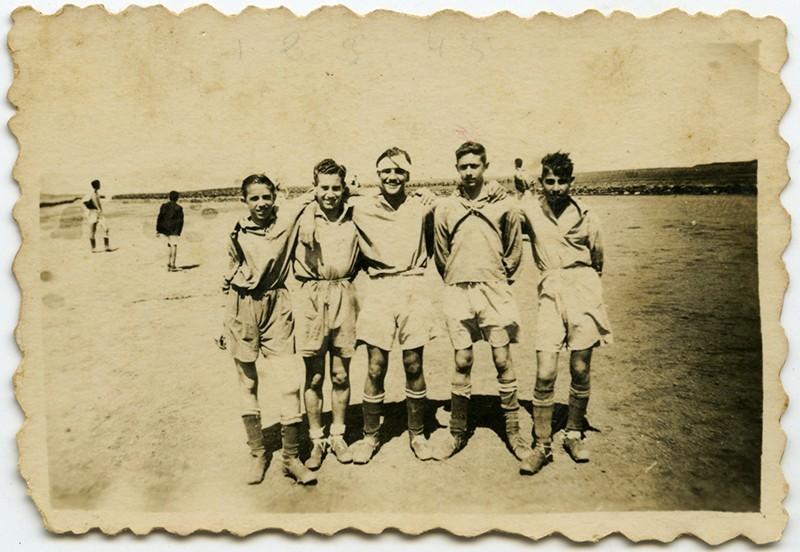 Amigos jugando al fútbol