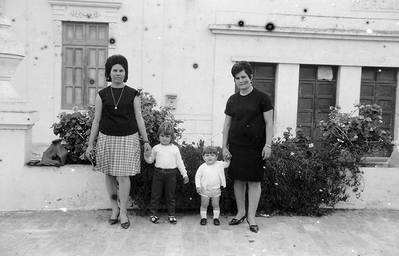 Madres con niños en la plaza de Haría